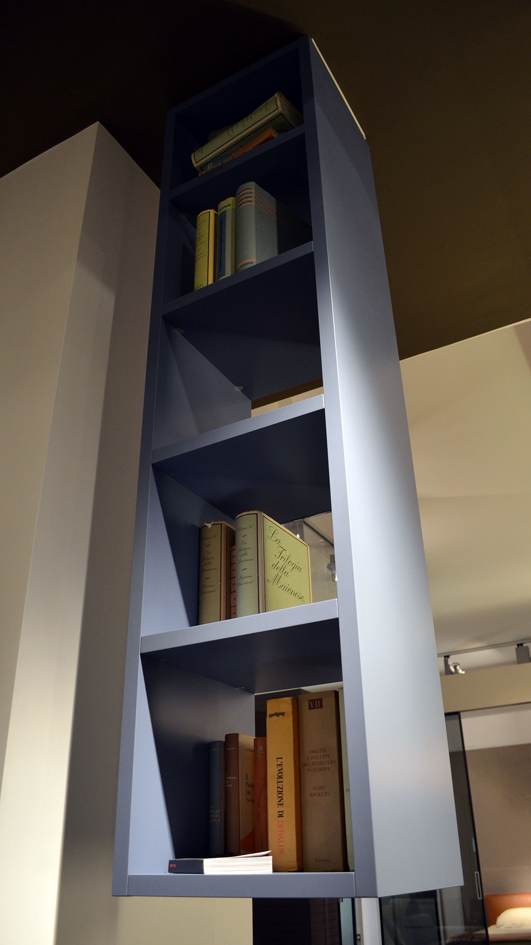Libreria sospesa a soffitto Lago modello Weightless, laccato opaco ...